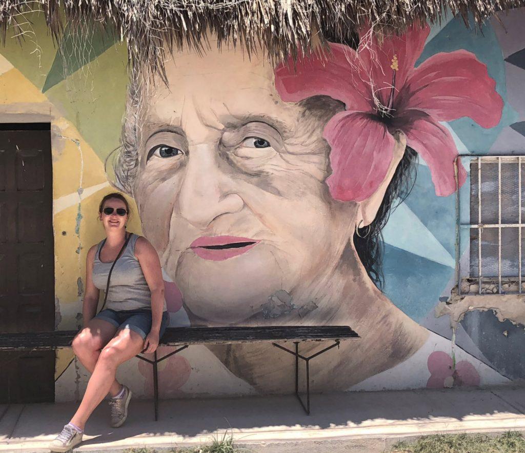graffiti isla holbox kleuren oude vrouw roze bloem blog