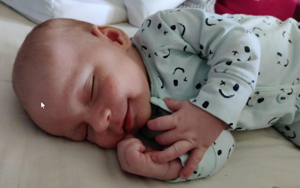 schattige baby pyjama met smily slapende baby